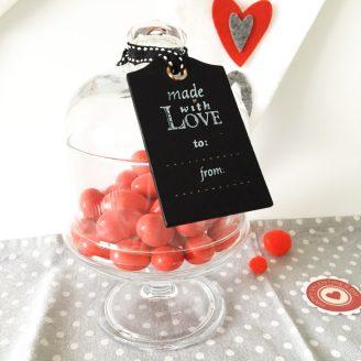 Caramelle rosse e biglietti decorati a mano