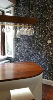 Una cucina molto piccola e una cascata di posate nella parete più grande per questa carta da parati