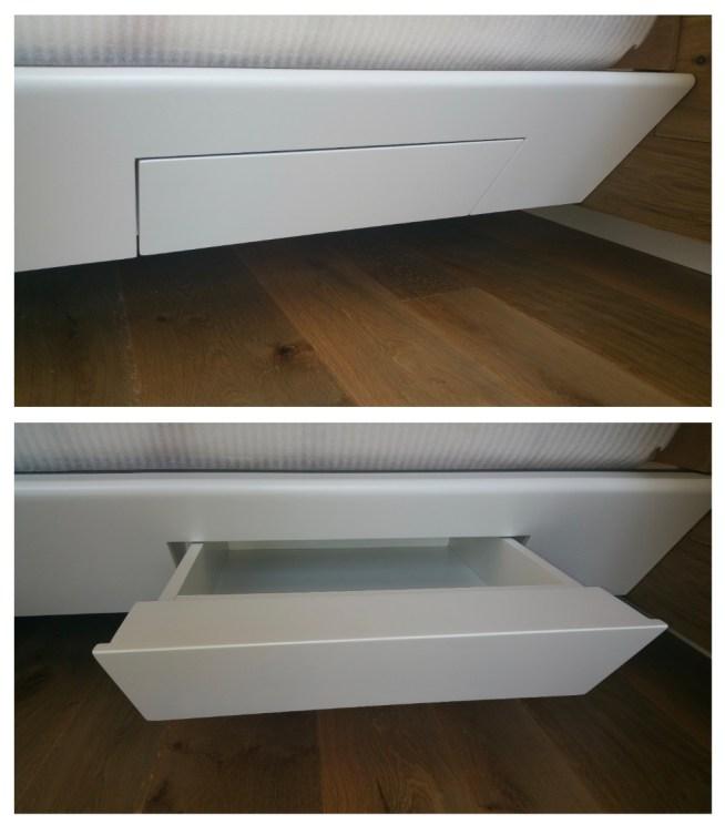 Il cassetto inserito nella fascia in legno di un letto sospeso