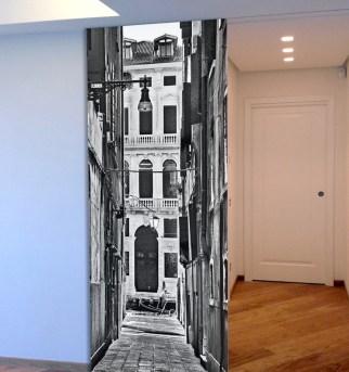 Un fotomontaggio per il rivestimento di questa porta scorrevole dell'ingresso