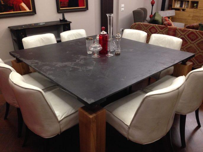 Il tavolo finito con le otto sedie in cuoio invecchiato
