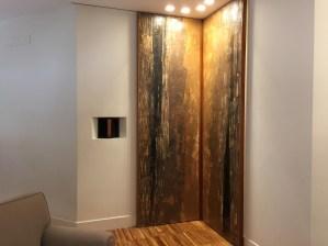 Rivestimento in resina di due porte scorrevoli disposte ad angolo retto in un soggiorno