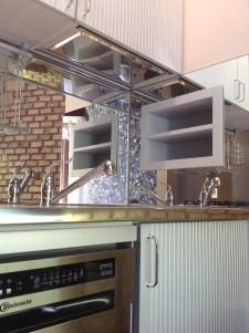 Mensole ricavate sopra al lavello sopra la parete rivestita con gli specchi