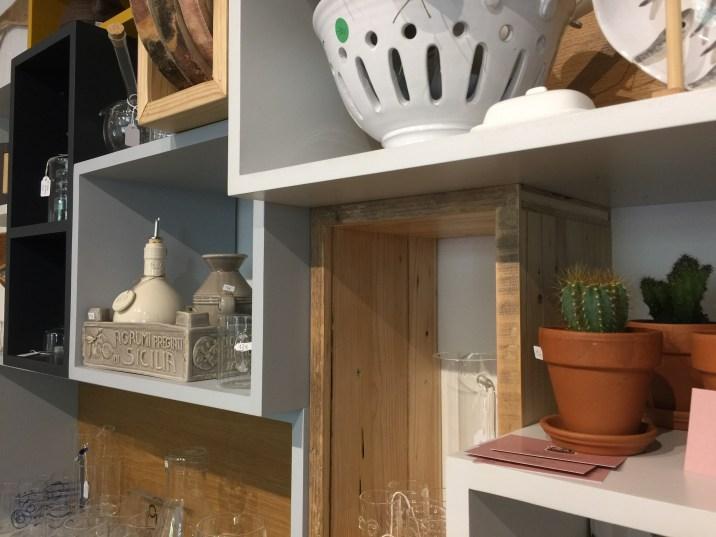 Libreria realizzata con varie tipologie di legno e a diverse altezze e profondità.