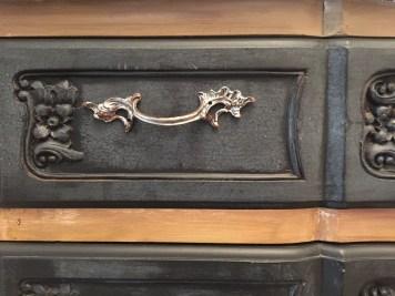 Cera argento per le maniglie di un mobile dai colori classici