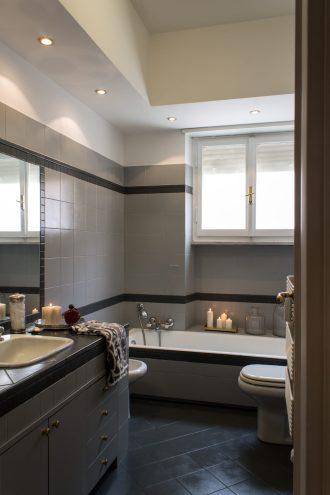 Grigio chiaro per le pareti e grigio scuro per il top, pavimento e cornici