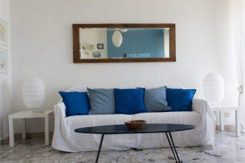 L'anta dell'armadio un grande specchio sopra al divano e il tavolino originale anni 50.