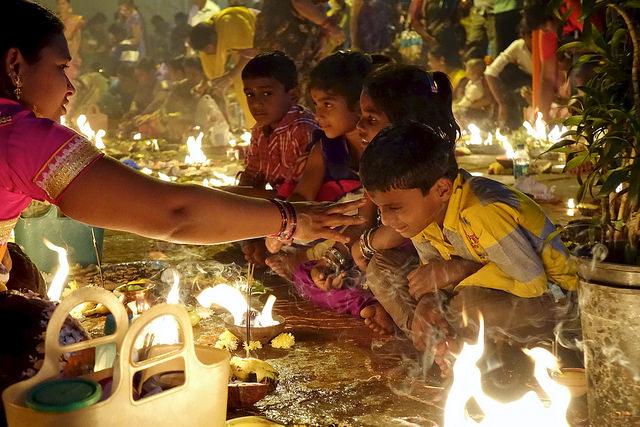 Niños en Kathik Purnima, India