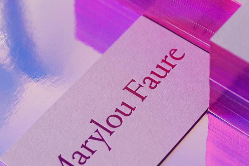 Biglietto da visita con bordo olografico di Marylou Faure. Dizionario di grafica di Marianna Milione