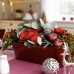 Dekk et festbord i aubergine, plomme og vinrødt