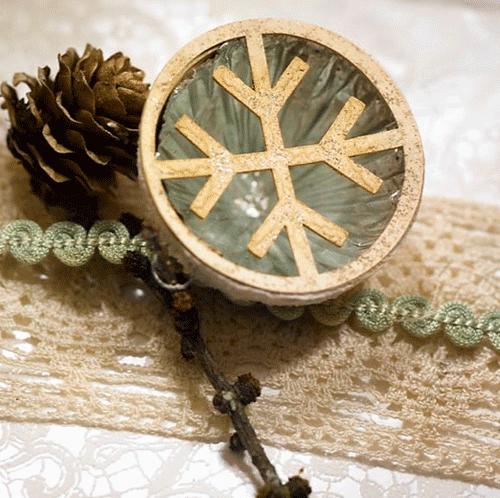 Ingeniørfruens julegave pakket inn med tapet og gamle bånd og julepynt