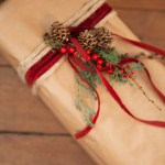 Gaveinnpakning med kongler, kvister og bær