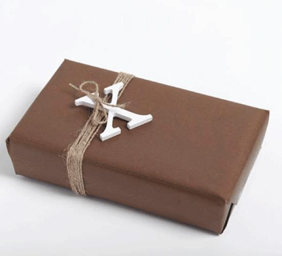 Ingeniørfruens julegave til kjæresten i brunt med bokstav