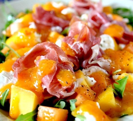 Idemagasinets salat med parmaskinke, melon, mango og mozzarella