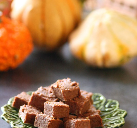 Sunn-oppskrift-på-Halloween-godteri-Pumpkin-Pie-Fudge