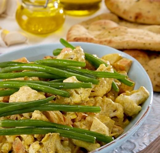 Sunn-kjøttfri-oppskrift-på-grønnsakgryte-med-blomkål-og-søtpotet