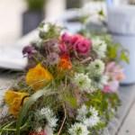 Fargerike blomsterdekorasjoner til sommerens festbord