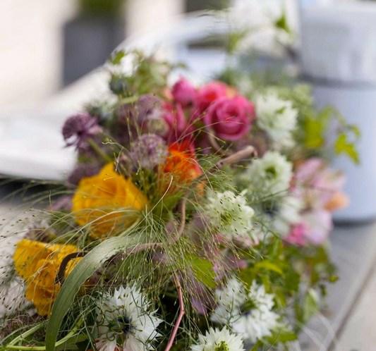 BORDDEKKING-Pynting-og-blomster-til-sommerbordet