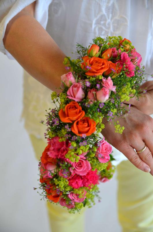 Bind blomsterkrans til å ha i håret til sankthans