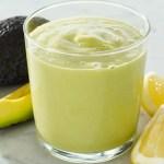 Smoothie med avokado, havremelk, sitron og honning