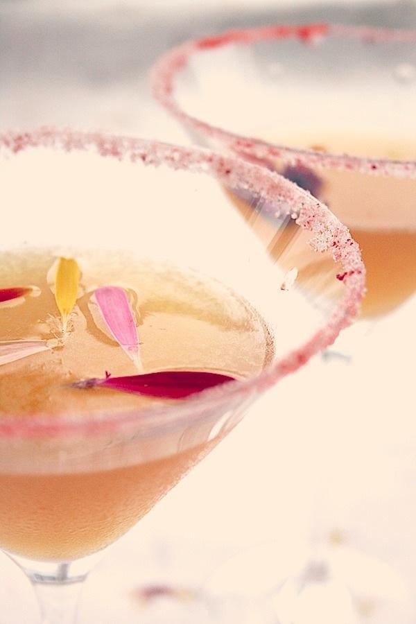 SOMMERDRINKER på mariannedebourg.no - cocktail med spiselige blomster