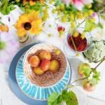 Frodig og fargerikt festbord med sensommerens frukter