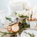 Nyttårsbord i hvitt, med granbar og naturmaterialer