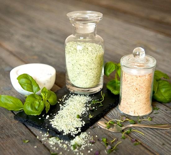 Oppskrifter på urtesalt med urter og krydder - fin matgave!