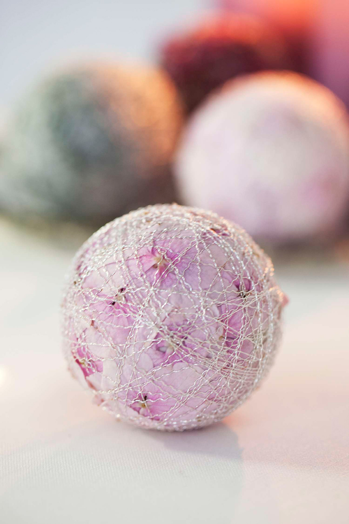 BLOMSTERTIPS til festbordet - lag rosa kuler av hortensia og oasis