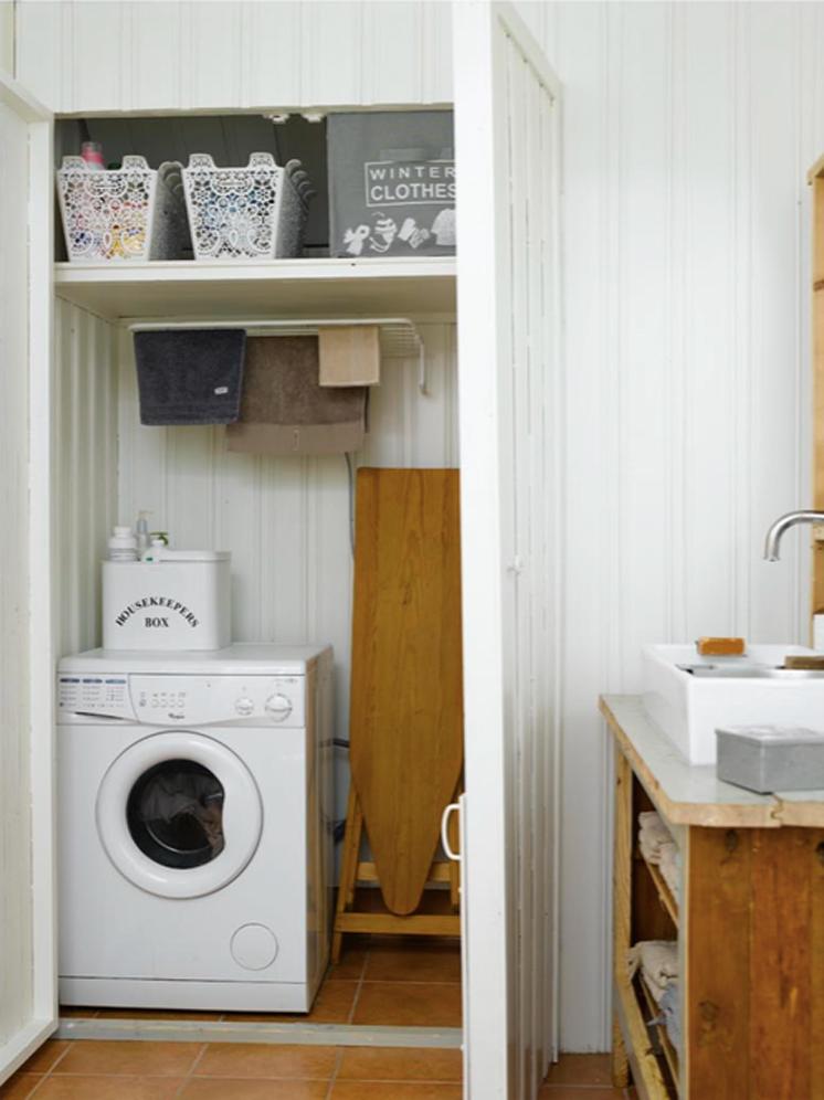 Vaskemaskin og tørkemuligheter er funksjonelt plassert inn i en bygget nisje