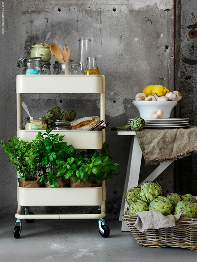 Råskog-trillevogn-fra-IKEA-til-oppbevaring-på-kjøkkenet