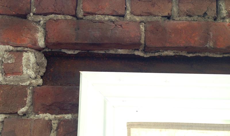FØR ETTER Over vinduene ligger gamle solide stålbjelker støpt inn