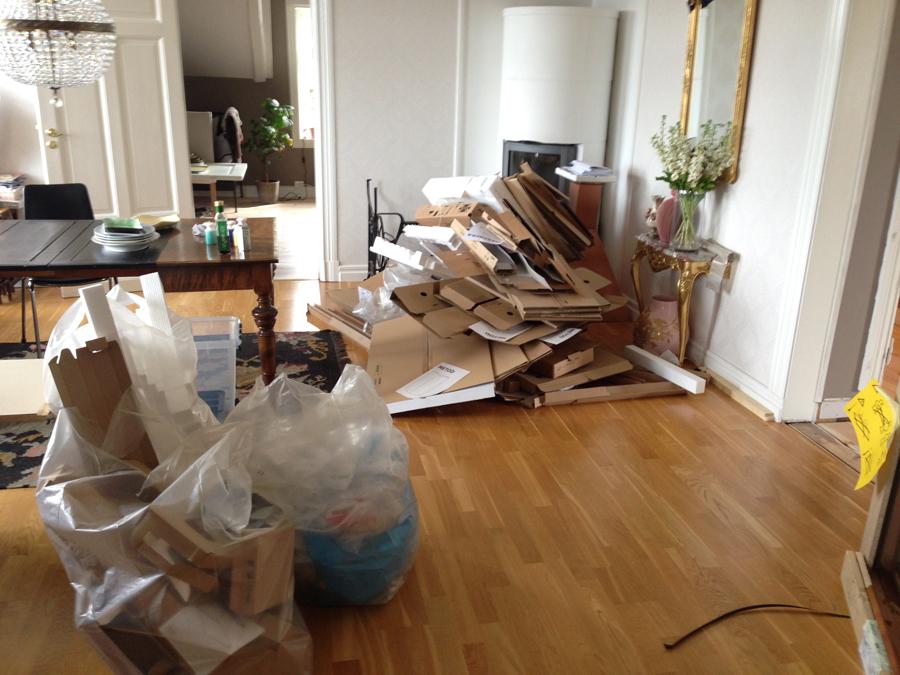 Søppelhaug-i-spisestua-fra-det-flatpakkede-Ikea-kjøkkenet