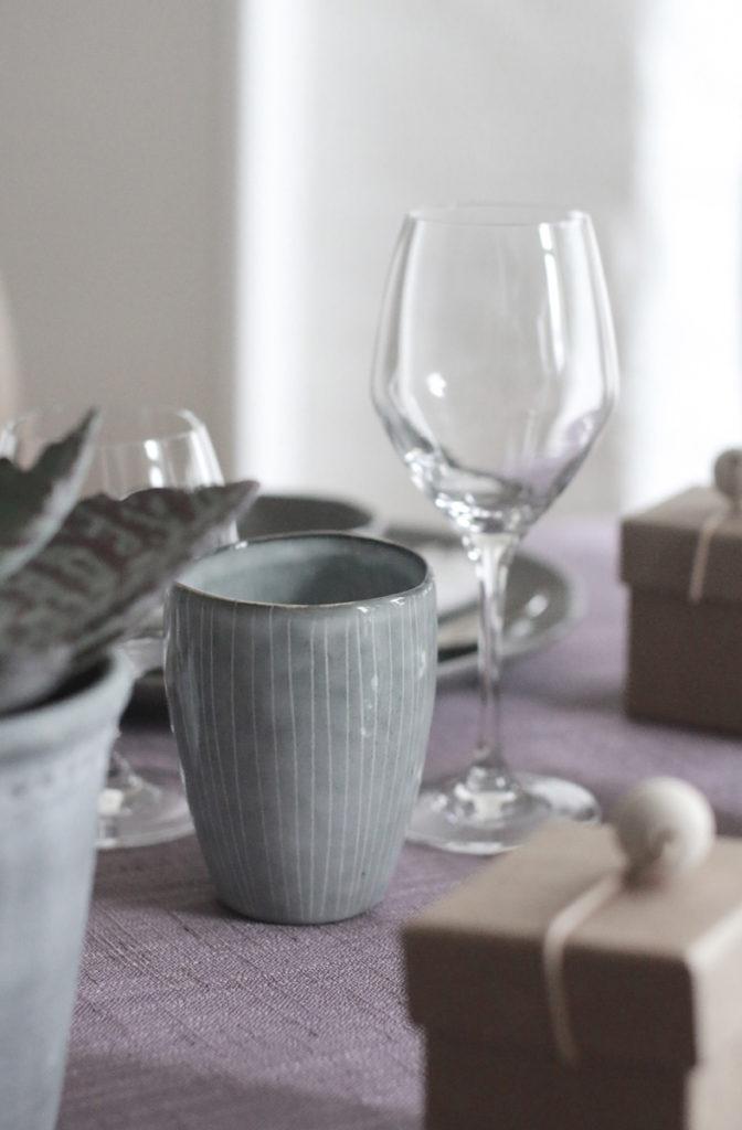 bruk-krus-kopp-paa-middagsbordet