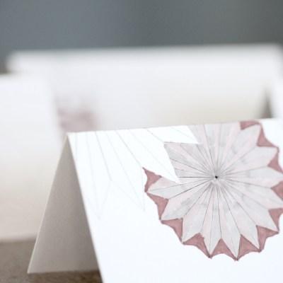 Fargelagte bordkort som matcher festbordet