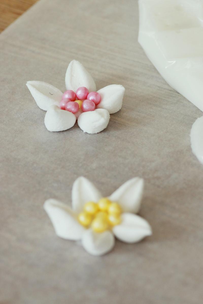 kakepynt-blomster-av-marshmallows-og-strossel