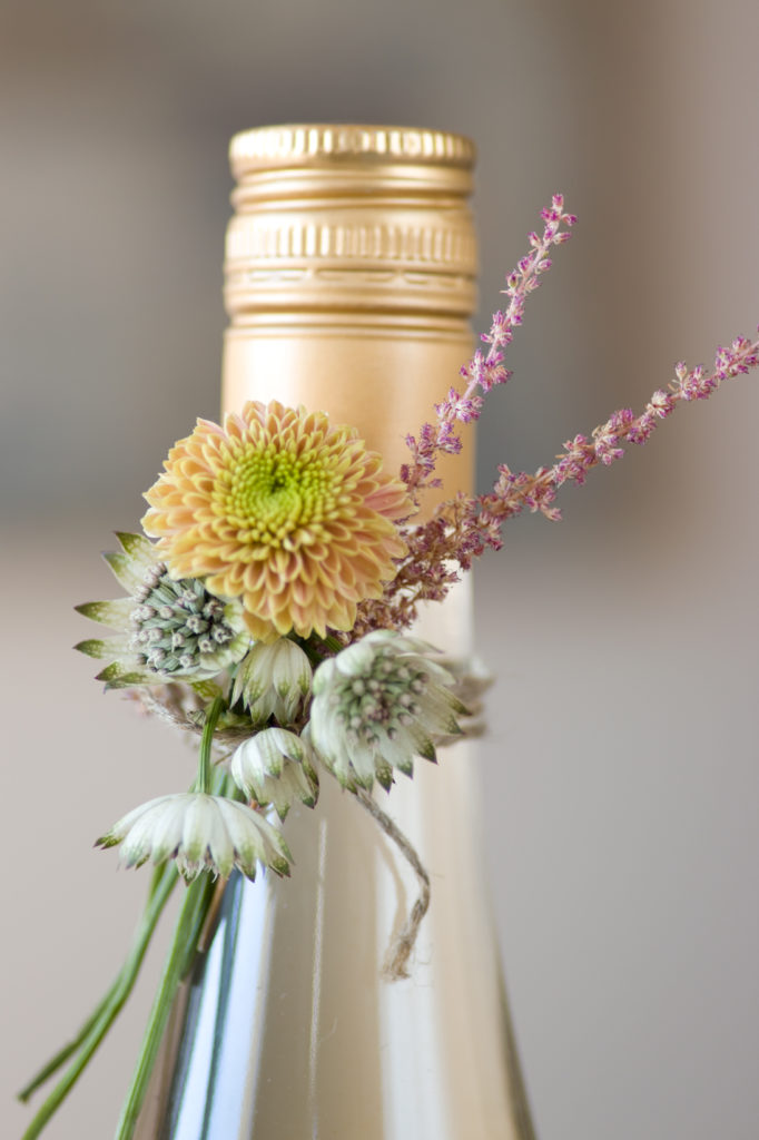 012-vertinnegave-med-blomsterbukett-paa-flasken