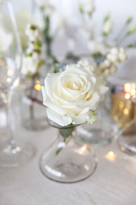 borddekking-blomsterdekorasjoner-i-hvitt-til-nyttaarsbordet
