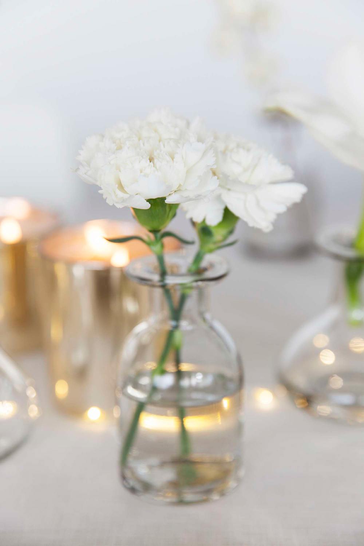borddekking-av-festbord-til-nyttaarsaften-2016-med-blomster-i-hvitt