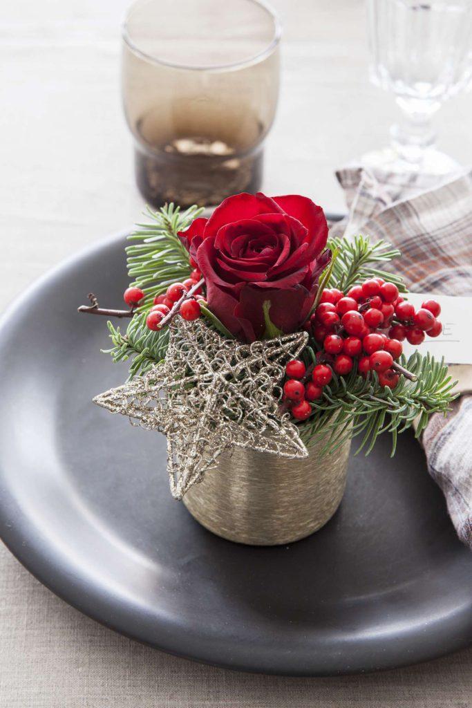 borddekorasjon-med-rode-roser-og-ilex