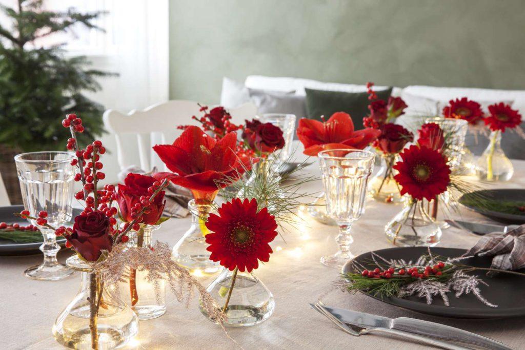 bordpynt-med-rode-blomster-til-julebordet