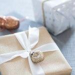 Gaveinnpakking i glitrende og metallisk stil