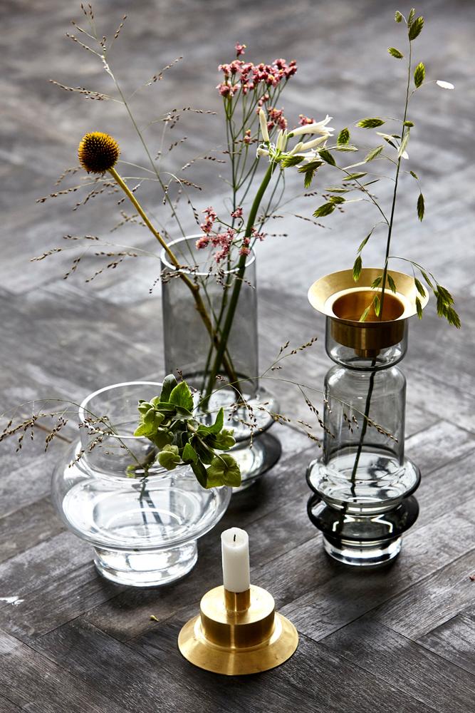 Sett straa og markblomster i ulike vaser