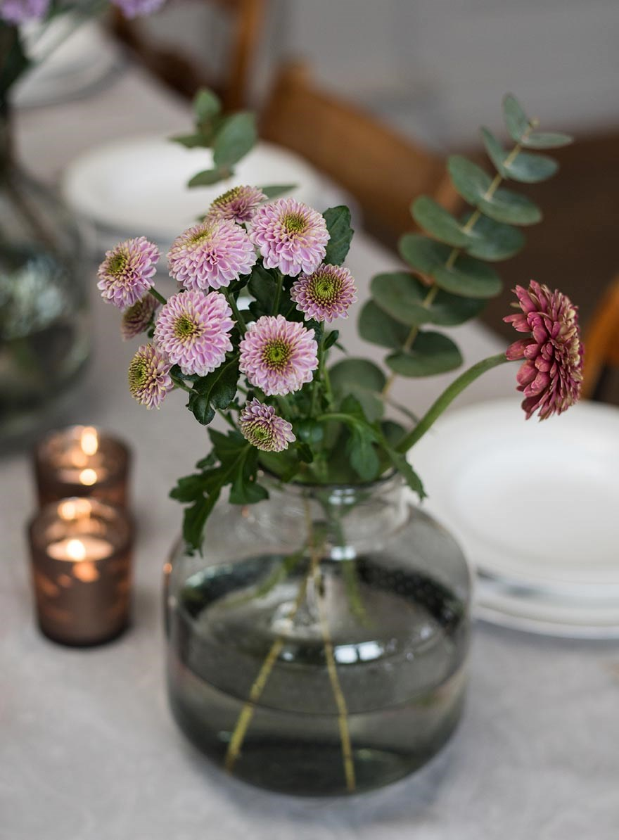 Flower arrangement for a modern table setting