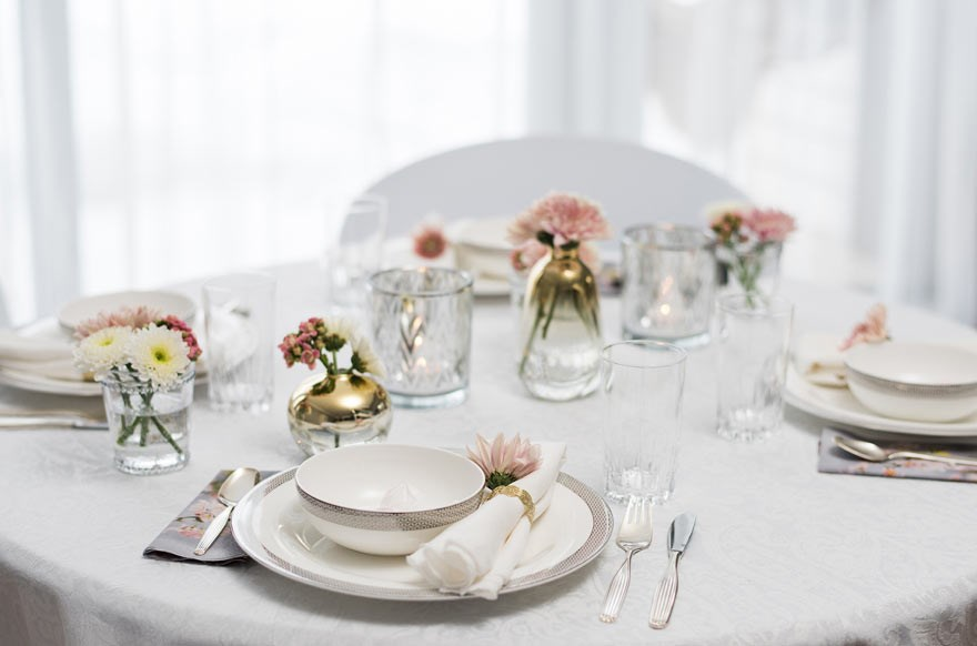 Feminine table setting with pink decor