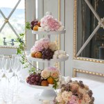 Fantastisk fint fruktfat pyntet med blomster til bryllup og fest