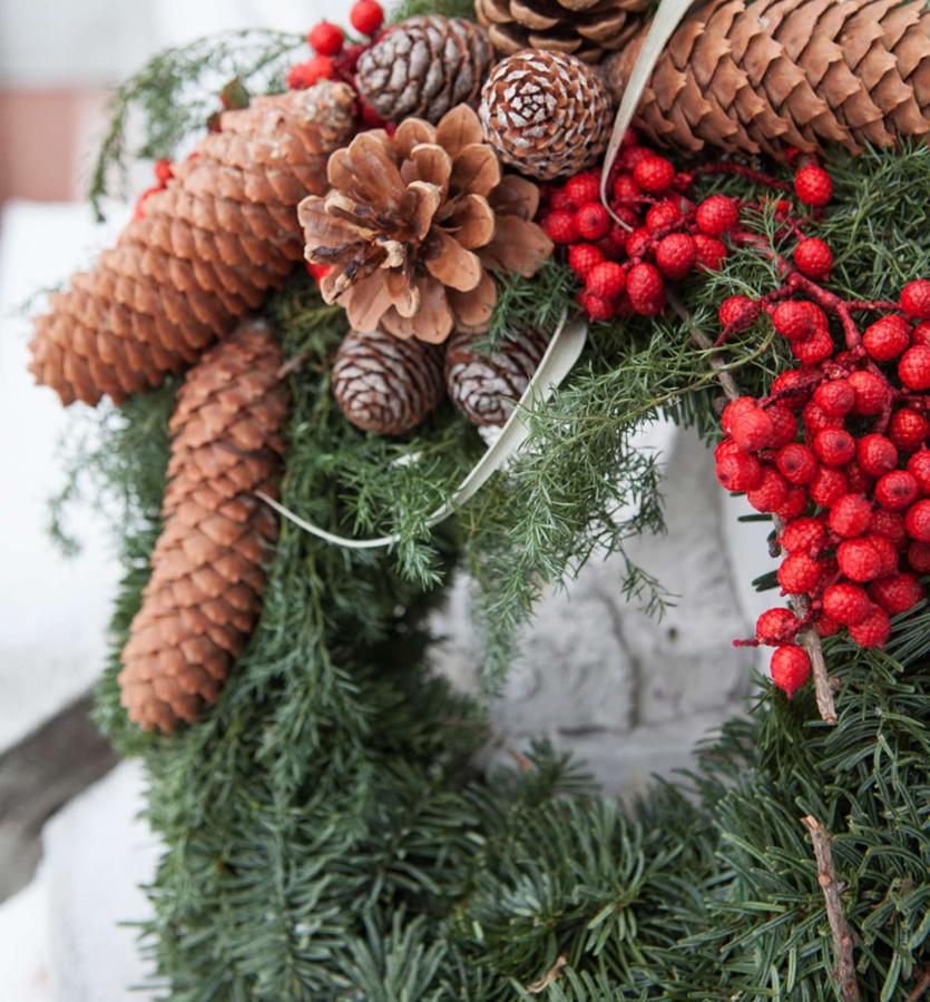 Hjemmelagd krans med juledekorasjoner.