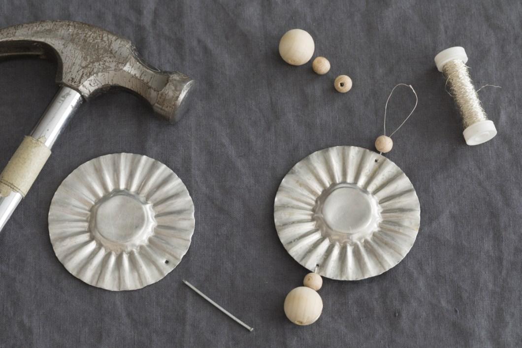 Gamle sandkakeformer, spikers, smykketråd eller buljongtråd og treperler i to størrelser