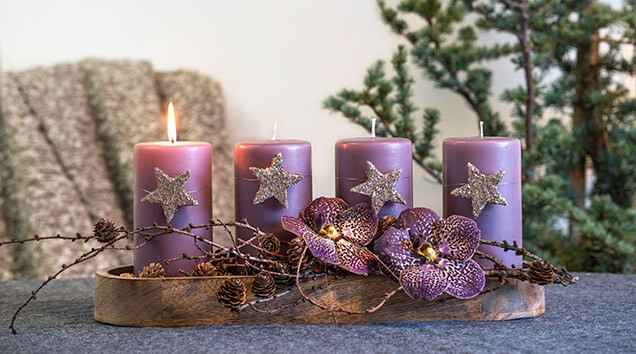 Adventsfat i lilla med orkideer.