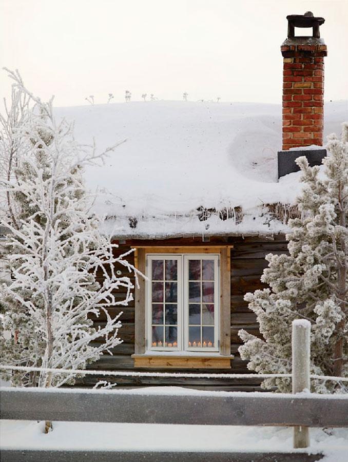 Tømmerhytte på vinterfjellet.